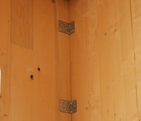 casa prefabbricata antisismica in legno: dettaglio di connessione tra pareti